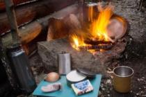 Vaří se voda na kávu a příprava na smažený bannock