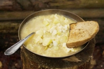 Česnečka a topinka na talíři