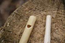 V bezu jsem udělal zářez a konec borovice ořezal na vnitřní průměr bezu.