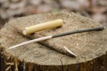 Bez (tělo), borovice (zátky) a střemcha (šťouradlo). Klacík střemchy jsem ořezal do hranatého tvaru a udělal hranatou špici.